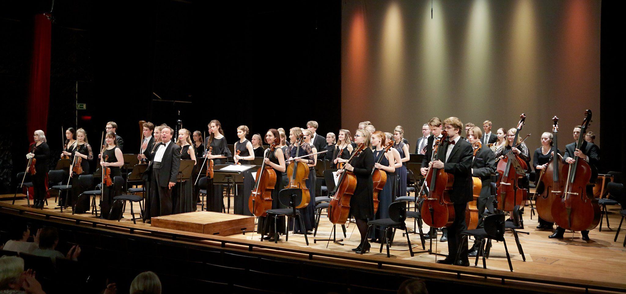 Helsingin Konservatorion muusikko-opiskelijat soittavat opiskeluaikanaan Helsinki Concordiassa, jonka kapellimestarina toimii Petri Sakari.