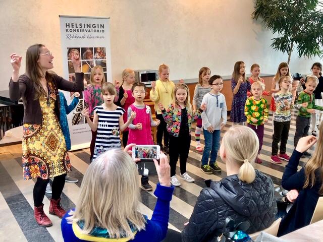 Valmennuskuoro Tähtisumu esiintyi Visseli-soitinesittelypäivässä 13.4.2019.