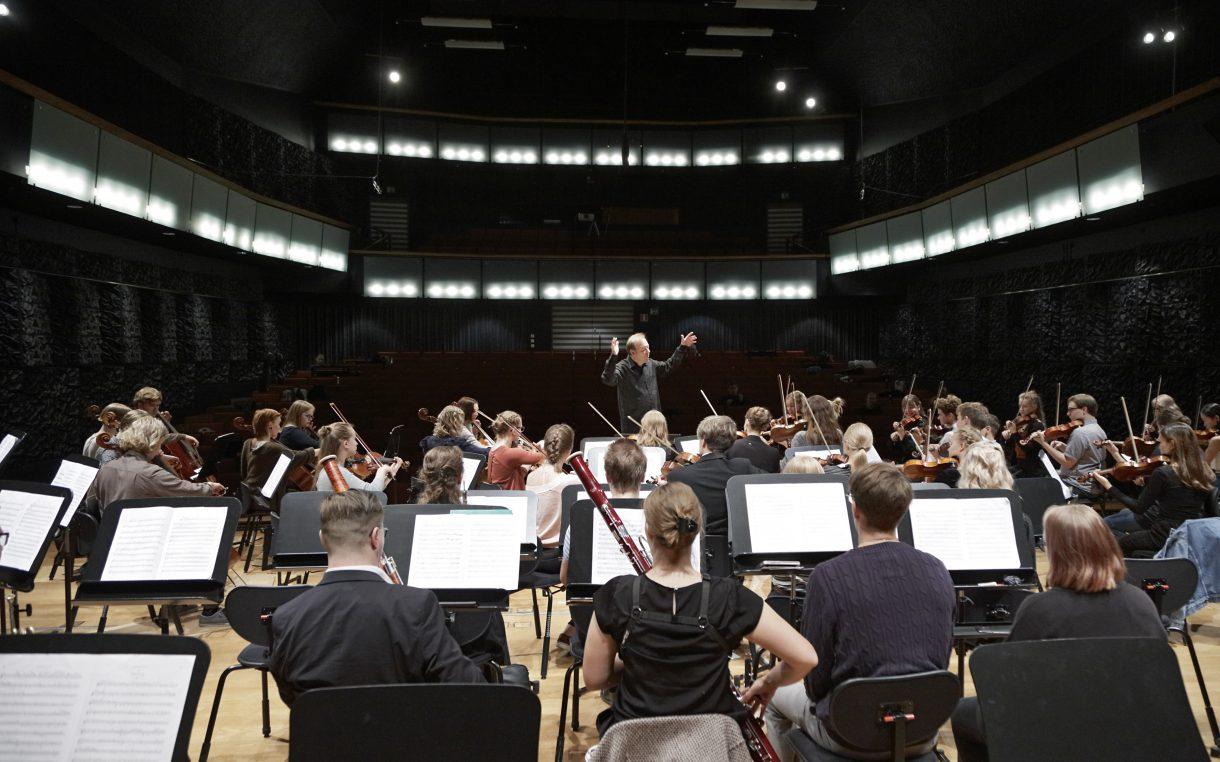 sinfoniaorkesteri soittaa harjoituksissa