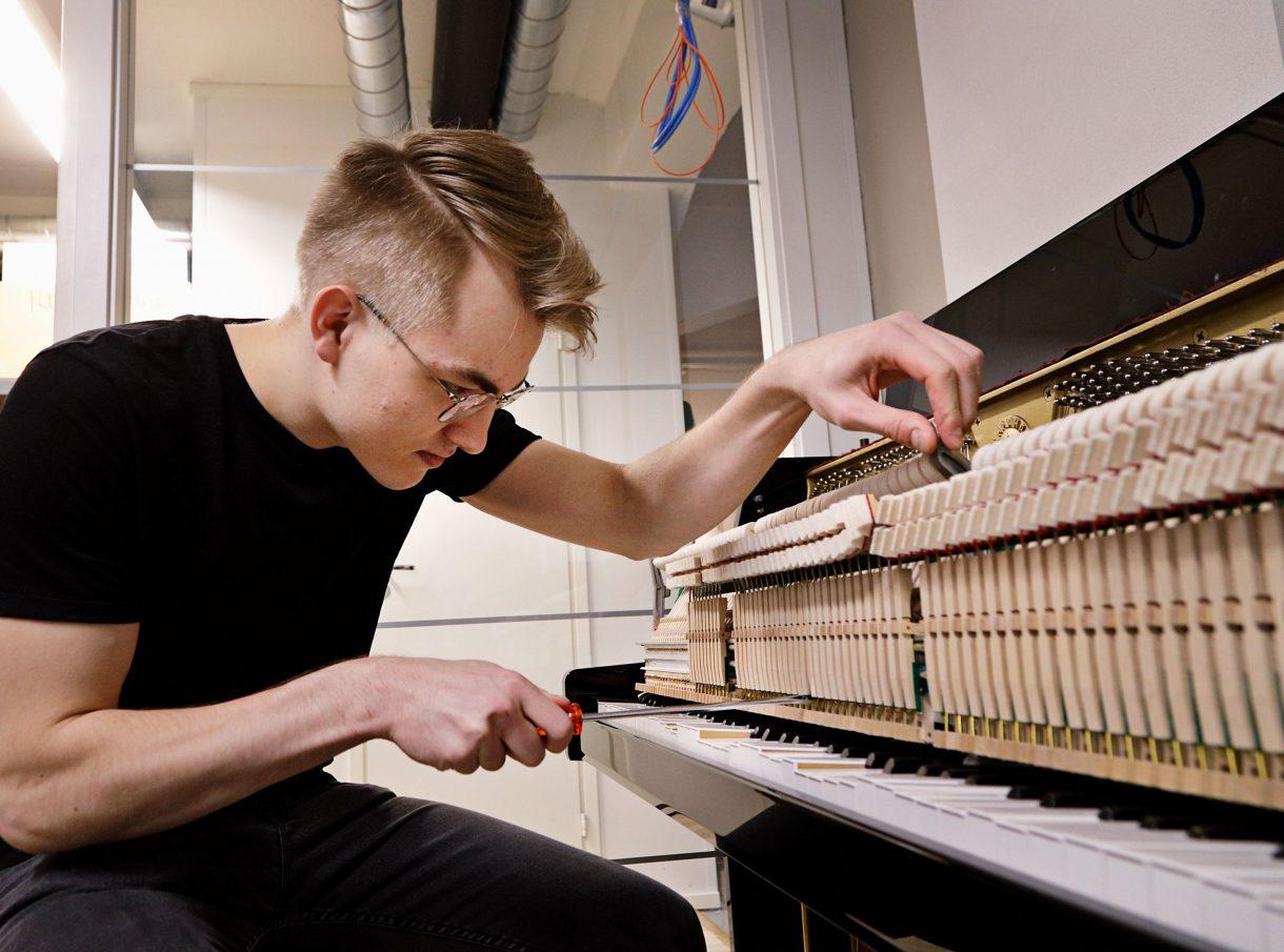 Pianonvirittäjä virittää pianoa