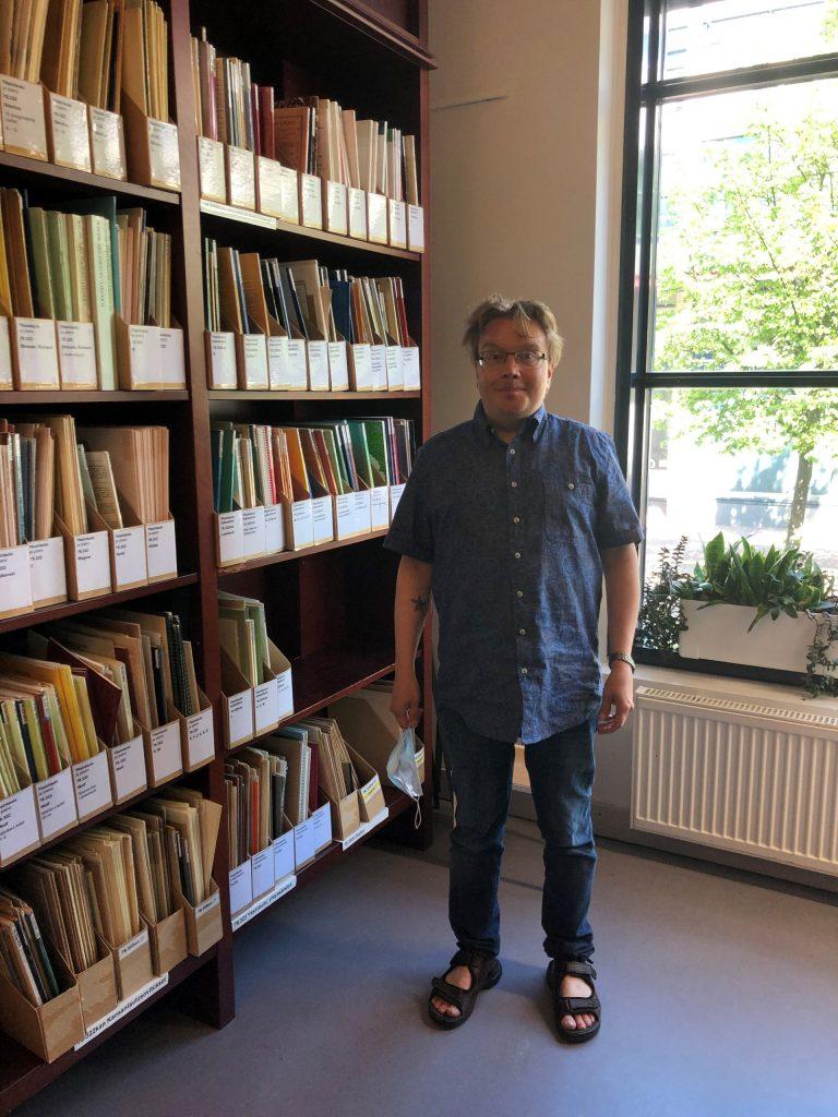 Ilkka Mikkola kirjastossa